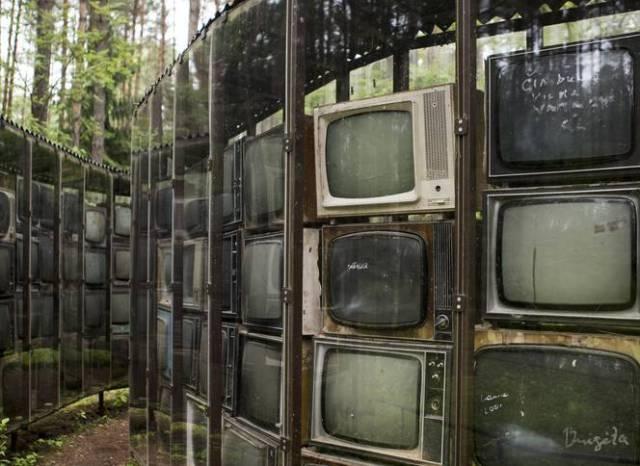 source: http://www.volkskrant.nl/dossier-geheimtip/doolhof-van-3000-sovjet-televisies~a3799409/