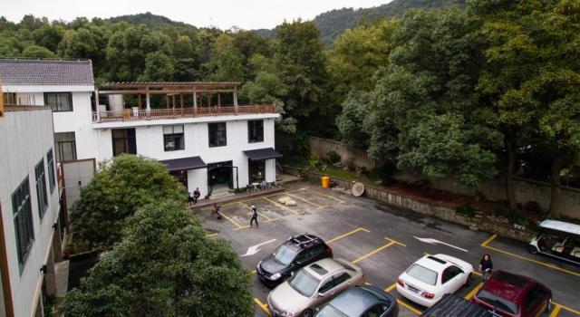 source: http://www.booking.com/hotel/cn/hang-zhou-shi-hu-yi-zhan.en-gb.html?aid=357003;label=gog235jc-hotel-XX-cn-hangNzhouNshiNhuNyiNzhan-unspec-nl-com-L%3Aen-O%3Aunk-B%3Aunk-N%3AXX-S%3Abo;sid=8b1f3e84e127463de16fd547c066671d;dcid=4;dist=0&type=total&